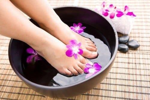 Ayaklarını yıkayan bir kadın.