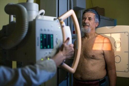 Bilgisayarlı tomografisi çekilen bir adam.