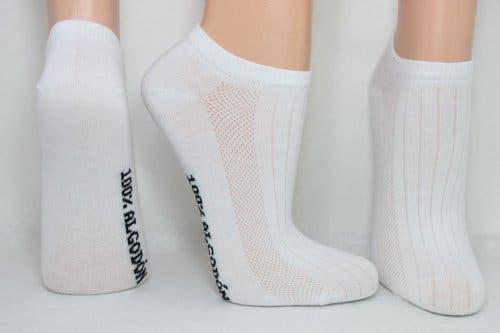 Beyaz çoraplı ayaklar.