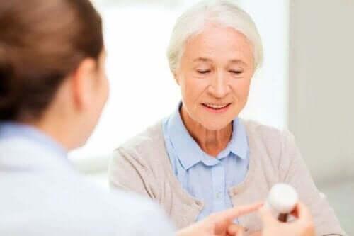 Bir doktor ile konuşan yaşlı bir kadın.