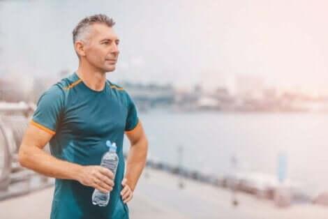 Su içmek için mola veren egzersiz yapan adam