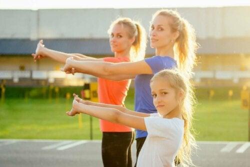 egzersiz yapan farklı yaşta kadınlar ve kız çocuğu