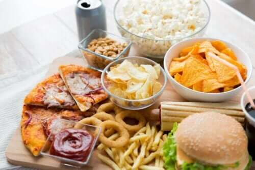Çeşitli fast food gıdaları.