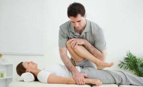 Fizik tedavi alan bir kadın.