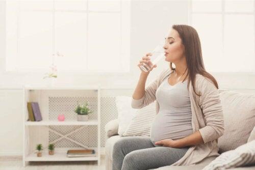 Su içen hamile bir kadın.