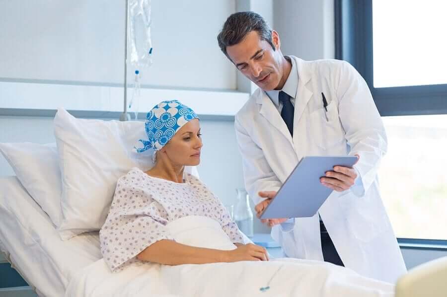 Nötropenili hasta doktoru ile konuşurken