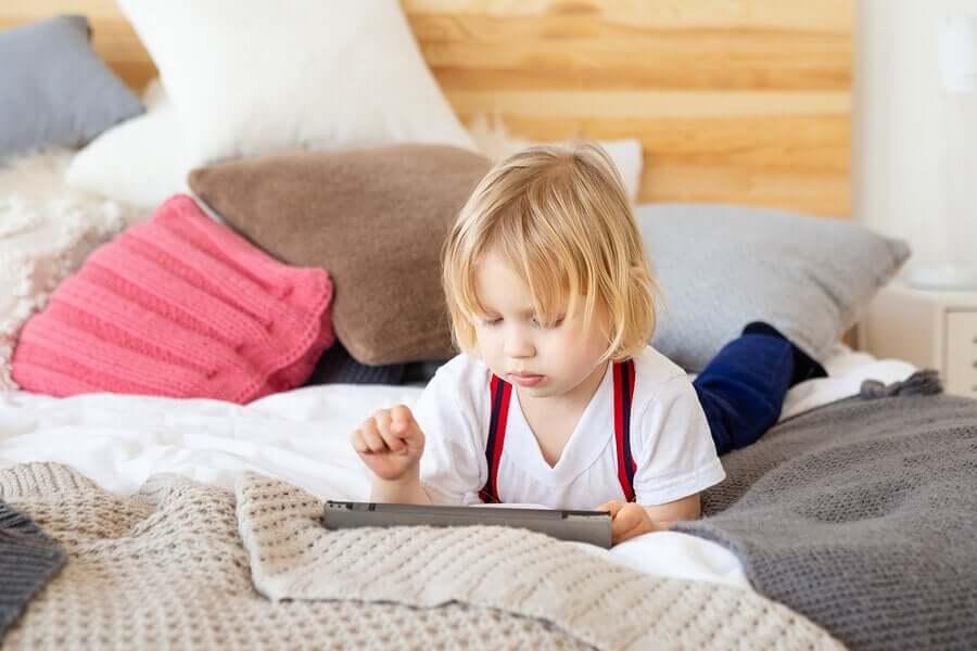 küçük çocuk tablet kullanıyor