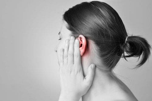 Kulak ağrısı yaşayan bir kadın.