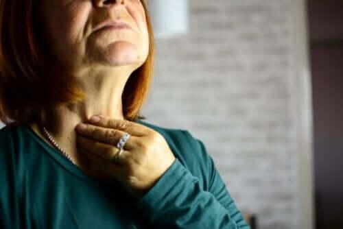 larenjitin sebepleri: larenjiti olan kadın
