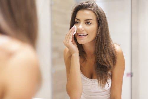 Makyajını temizleyen bir kadın.