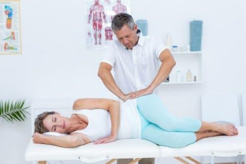 Bir terapistin masaj yaptığı bir kadın.