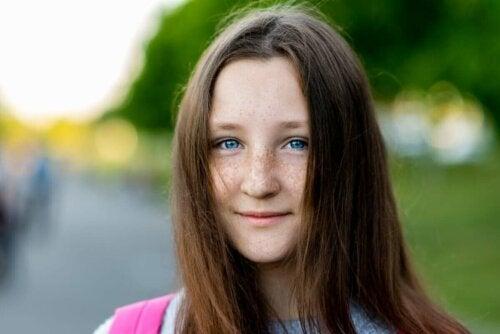 mavi gözlü çilli kız çocuğu