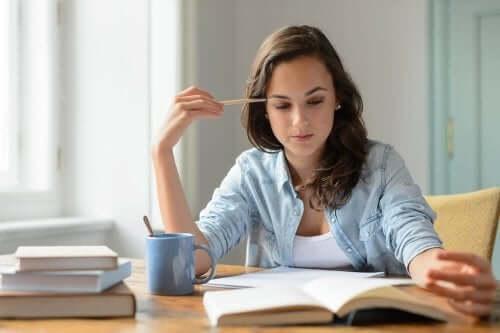 okumaya konsantre olan bir kadın