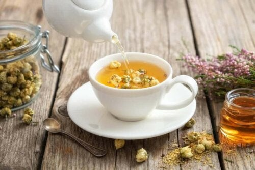 Bir fincan papatya çayı.