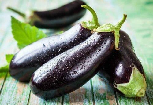 Yeni yıkanmış patlıcanlar.