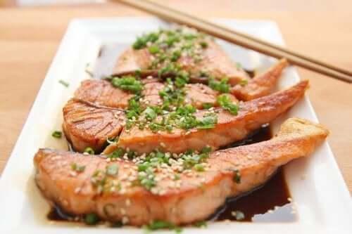 B vitamini kaynağı soya soslu somon