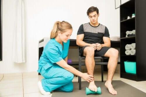 rehabilitasyon-ile-topuk dikeni-tedavi olan-bir-koşucu