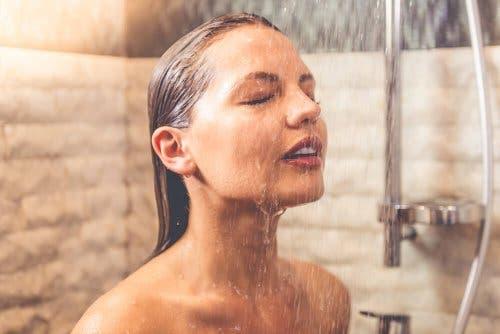 Soğuk duş alan bir kadın.