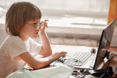 sosyal-anksiyete-internet-kullanan-bir-çocuk
