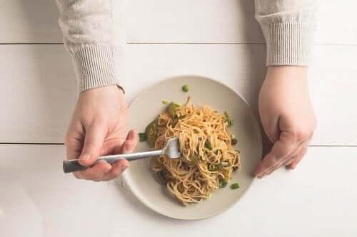 tabakta spagetti yiyen birisi