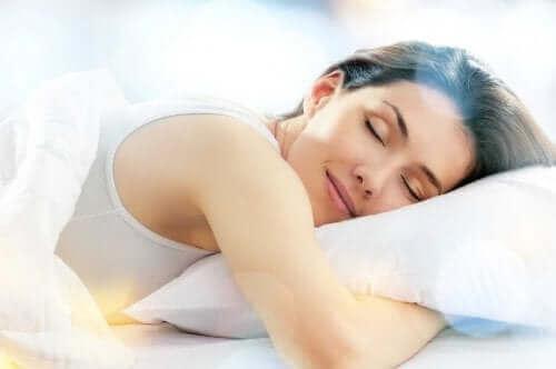 Mutlu bir şekilde uyuyan kadın