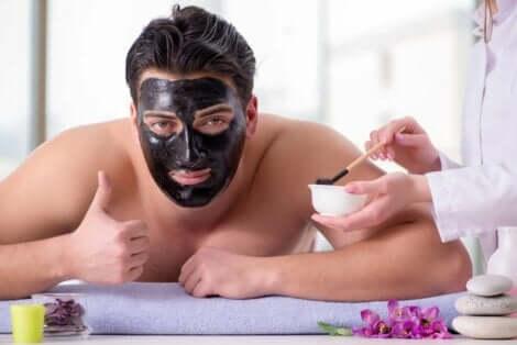 Yüzüne siyah maske yaptıran adam