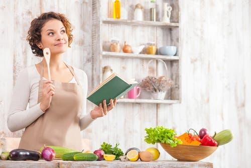 Yemek planı hazırlayan bir kadın.