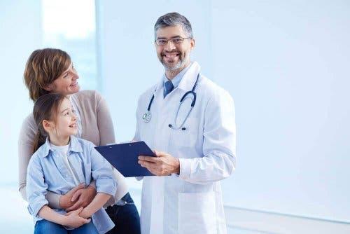 Çocuğunu doktora götürmüş olan bir anne.