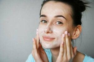 Yayıkaltı Sütü Maskeleri Cilt İçin Gerçekten İyi Midir?