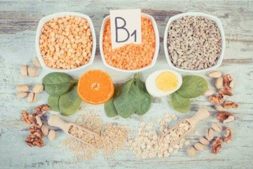 B1 vitamini içeren gıdaları bulunduran bir görsel.