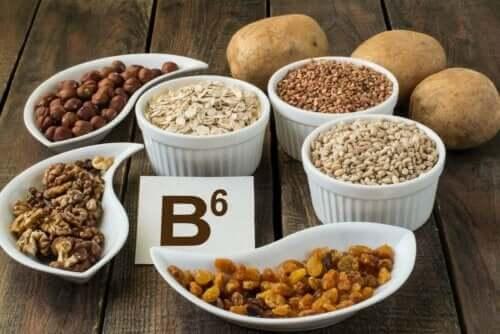 B6 vitamini içeren gıdaların bulunduğu bir görsel.