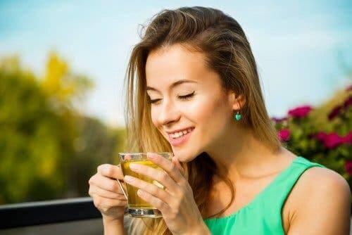 bitki çayı içen kadın zayıflama ürünleri