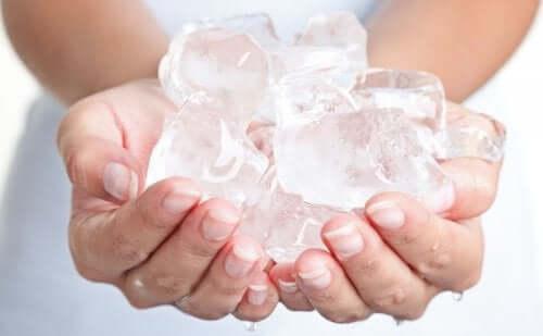 Bir avuç buz tutan bir kadın.