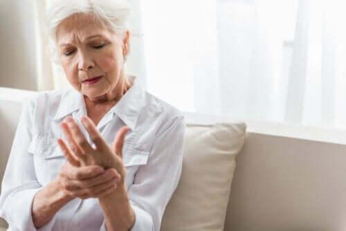 Elleri acıyan yaşlı bir kadın.