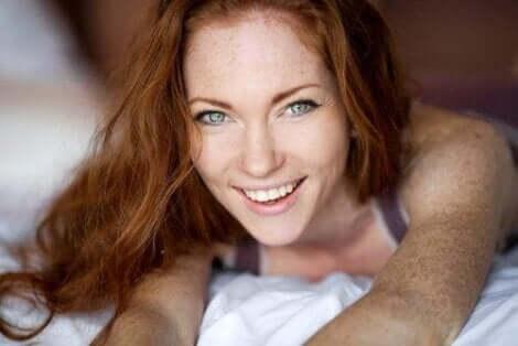 Yeşil gözlü kızıl saçlı kadın
