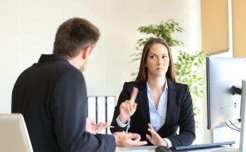 Maruz kaldığı uygunsuz davranışa hayır diyen bir kadın.