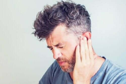 Kulak ağrısı yaşayan bir adam.