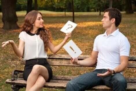 Ne istediğini bilmeyen partneri ile konuşan kadın