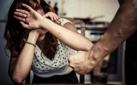partnerinden korkan kadın