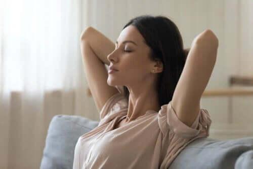 Rahatlamış görünen bir kadın.