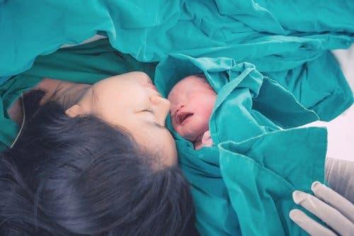 Sezaryen ile doğum yapmış bir anne ve bebeği.
