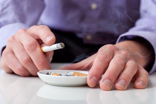 Sigara içen bir adam.