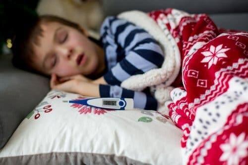 Larenjit olmuş uyuyan çocuk ve yanında ateş ölçer