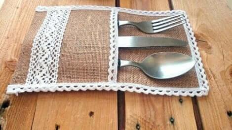 Çuval bezinden yapılmış çatal bıçak tutucu