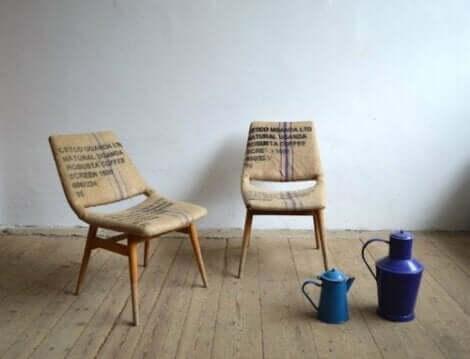 Çuval bezi ile kaplanmış iki sandalye