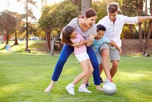 Futbol oynayan bir aile.