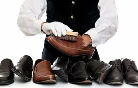 Ayakkabıları parlatan adam