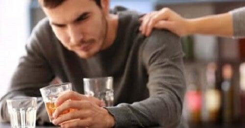 Bir barda içen bir adam.