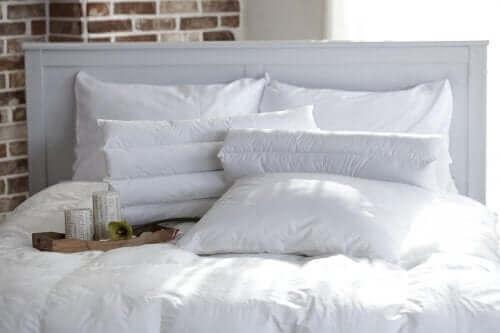 beyaz çarşaflı yatak