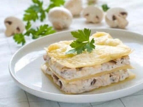 Bir porsiyon beyaz soslu lazanya.